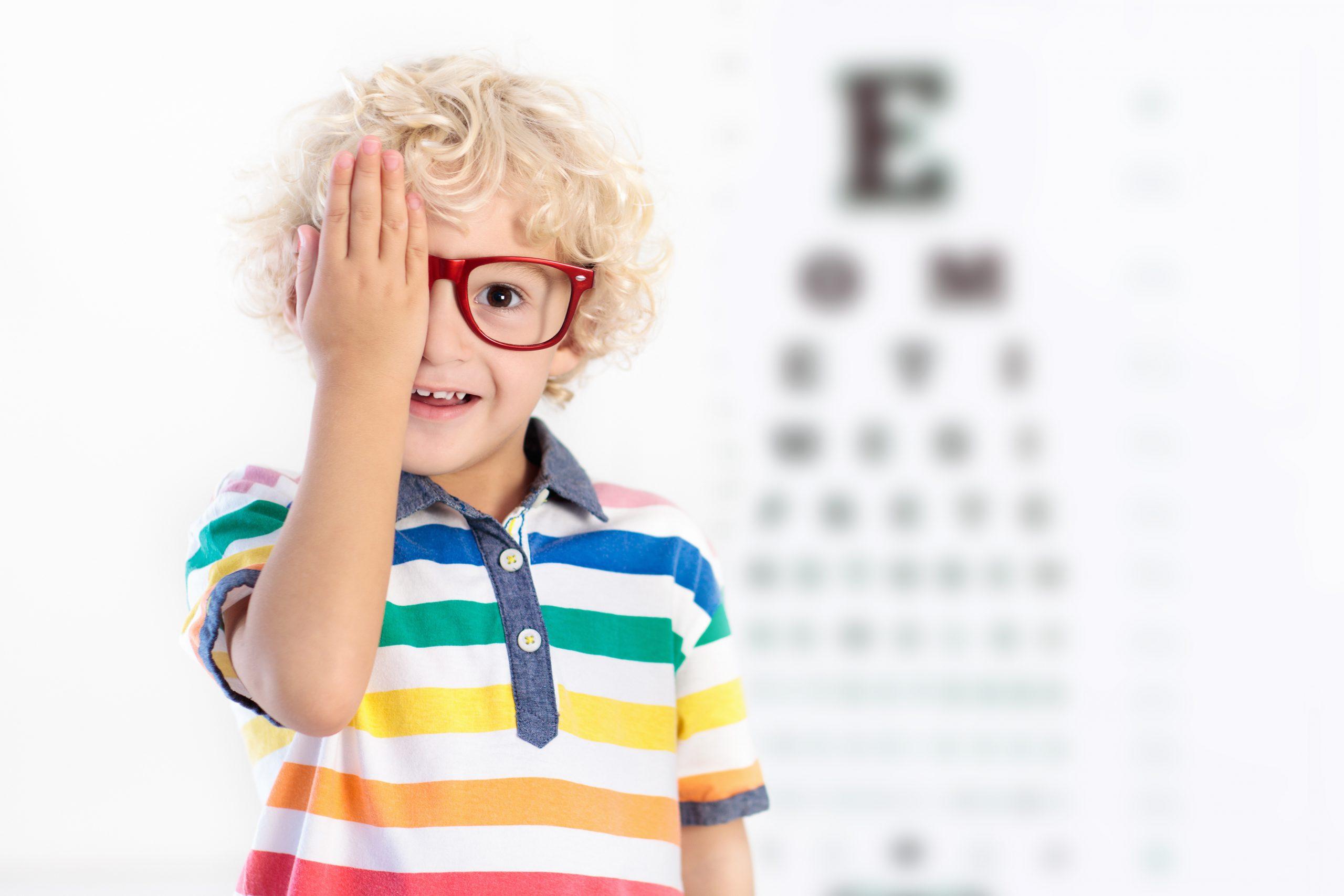 Criança a fazer teste para os olhos
